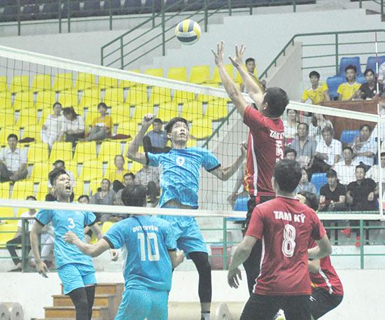 Một pha bóng khá hay trong trận chung kết giữa Tam Kỳ và Duy Xuyên. Ảnh: T.VY