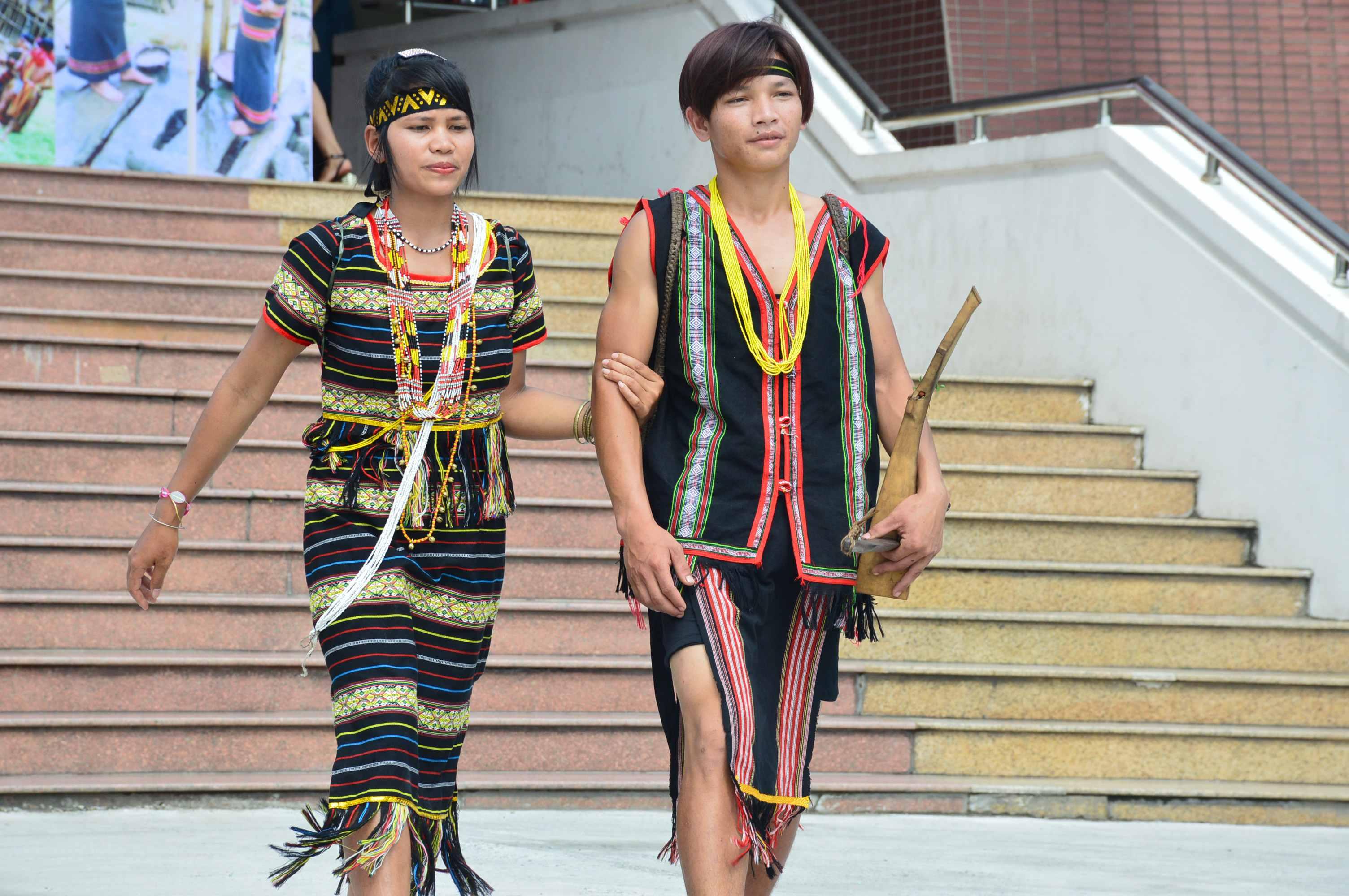 Trình diễn trang phục truyền thống. Ảnh: Q.T