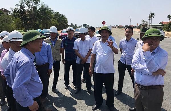 Chủ tịch UBND tỉnh, Đinh Văn Thu yêu cầu đẩu nhanh tiếng độ đường dẫn bà bảo đảm chất lượng công trình. Ảnh: MINH HẢI