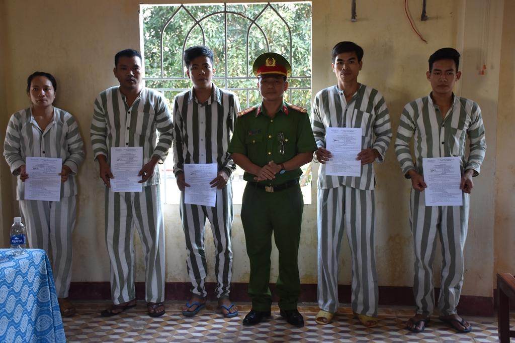 Lãnh đạo Trại tạm giam trao quyết định giảm án cho các phạm nhân. Ảnh: H.V