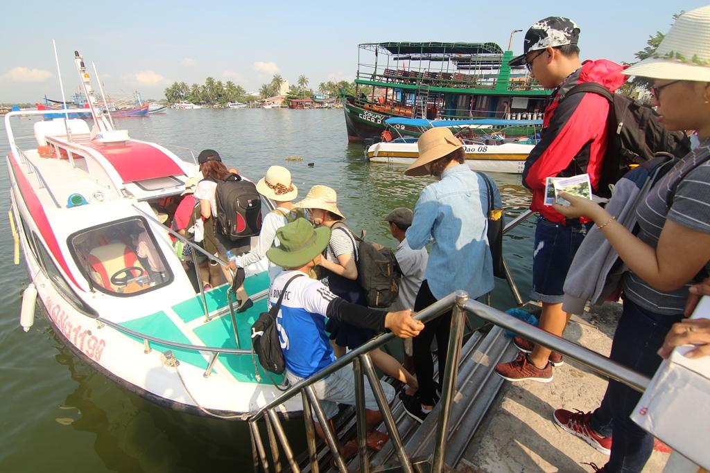 Mỗi ngày, có hàng nghìn lượt khách ra  đảo Cù Lao Chàm từ bến tàu Cửa Đại. Ảnh: T.C