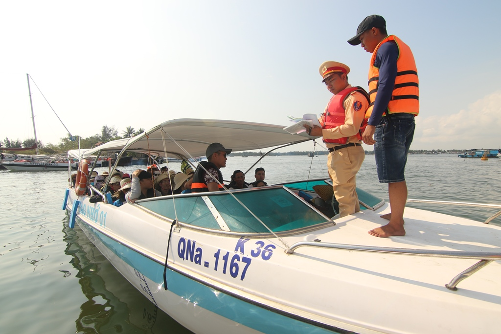 Tuyên truyền các quy định đảm bảo an toàn vận tải hành khách đường thủy. Ảnh: T.C