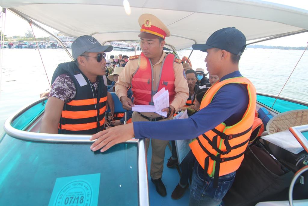 Kiểm tra tàu chở khách, Đội Cảnh sát đường thủy phát hiện, lập biên bản một trường hợp chở quá số người quy định. Ảnh: T.C