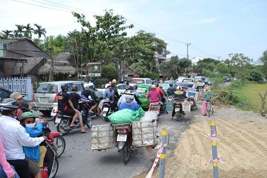 Ùn ứ kéo dài trên tuyến ĐT608 (đường Cửa Đại), đoạn qua phường Cẩm Châu. Ảnh: CT