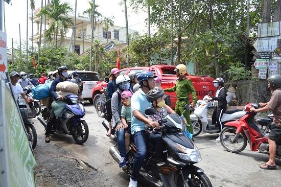 Rất đông người dân chọn hướng đi tắt vào đường bê tông xi măng trong khu dân cư dẫn đến xung đột. Ảnh: CT