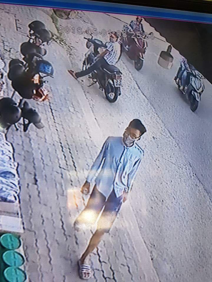 Đối tượng áo ca rô đứng chờ, đối tượng áo xanh vào tiệm (ảnh từ camera).