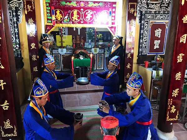 Dân làng Thanh Tam thành kính tế lễ. Ảnh: MINH HẢI