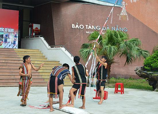 Người Xê Đăng dựng cây nêu tại Bảo tàng Đà Nẵng. Ảnh: Q.T