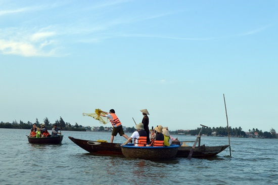 Rừng dừa nước Cẩm Thanh trở thành điểm tham quan ưa thích của du khách trong dịp lễ