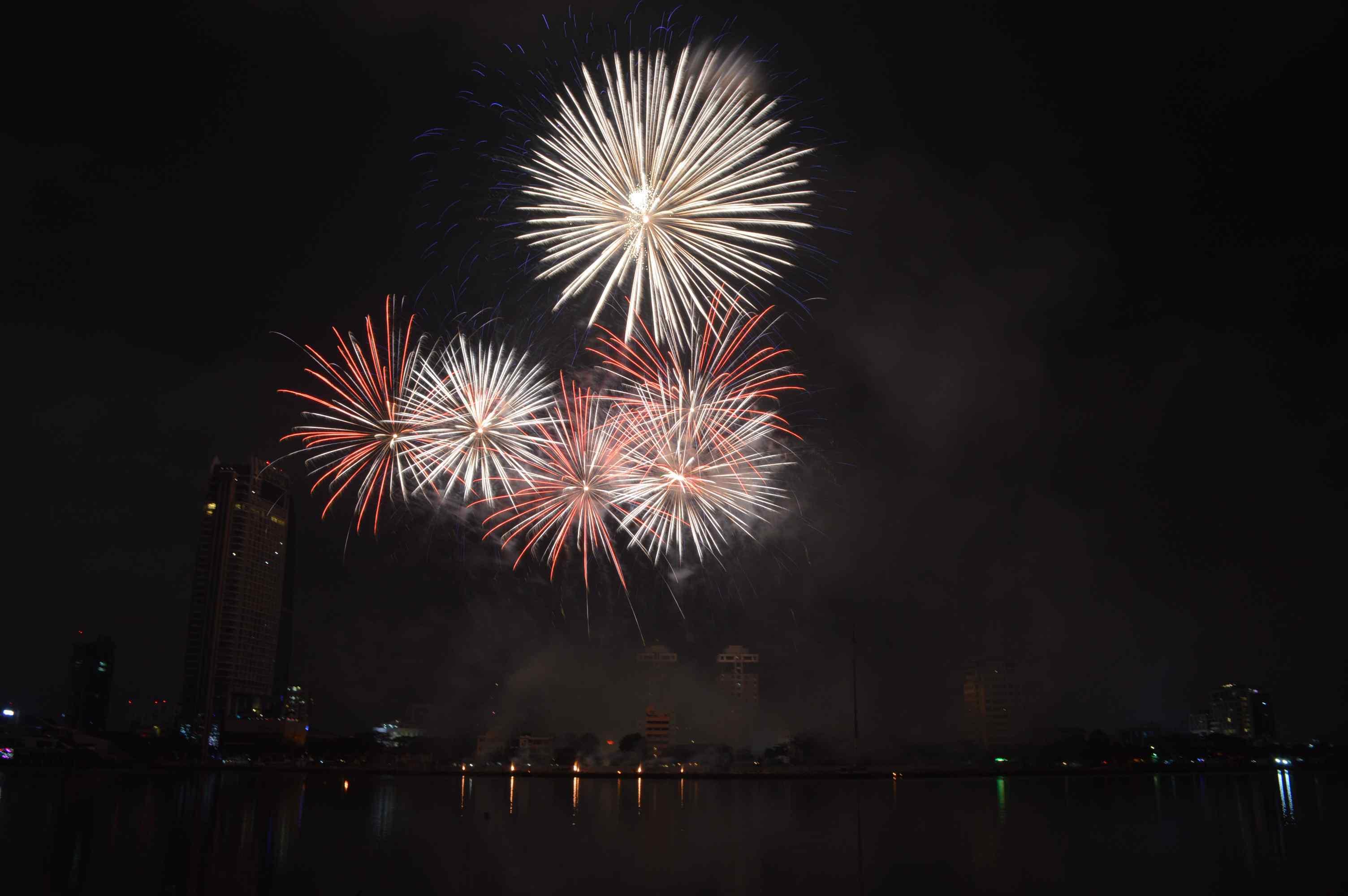 Việc khai mạc Lễ hội pháo hoa quốc tế Đà Nẵng 2018 vào đúng dịp lễ giúp thành phố thu hút thêm một lượng lớn khách du lịch. Ảnh: Q.T