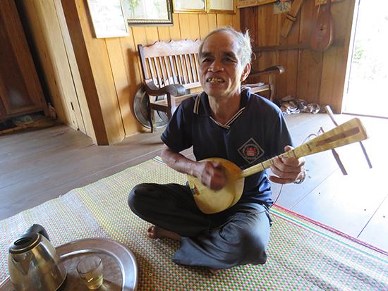 Ông Clau Bao chơi đàn.