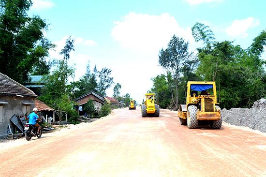 Thi công dự án đường nối ven biển với cao tốc Đà Nẵng - Quảng Ngãi. Ảnh: V.N
