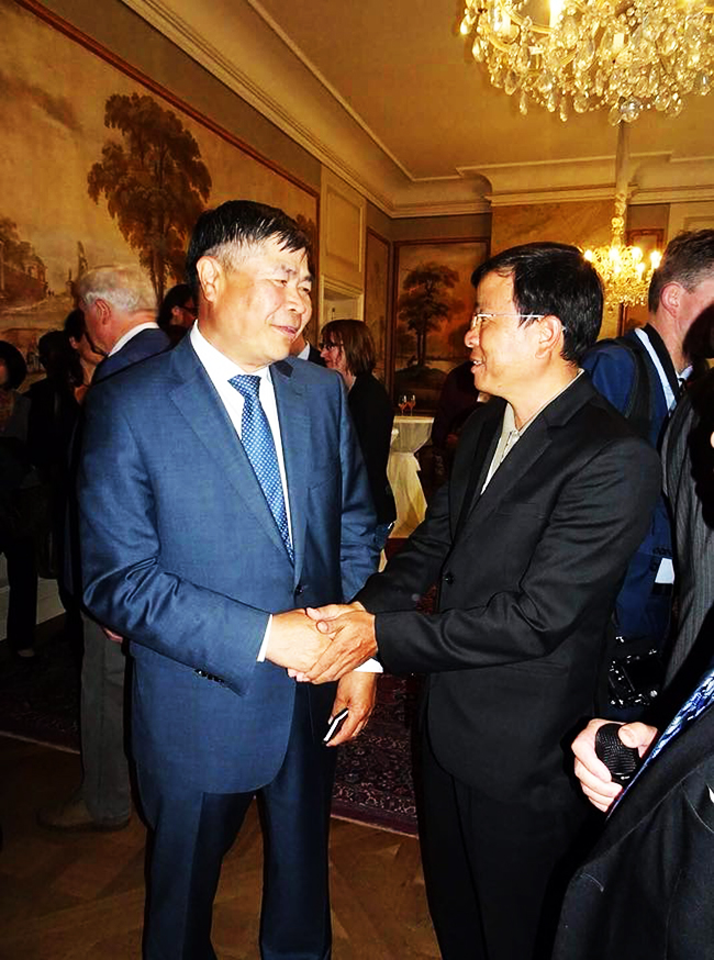Vietnamese Ambassador to Germany Doan Xuan Hung (left) at the event
