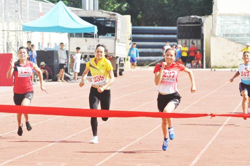 Chung kết nội dung chạy 100m nữ khối miền núi. Ảnh: T.V