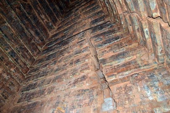 Tường bên trong lòng tháp nhiều vị trí bị rạn nứt