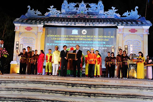 Thằ ủy quyền của Bộ VHTT&DL, Chủ tịch UBND tỉnh, Đinh Văn Thu trao bằng công nhận cho lãnh đạo Sở VHTTVDL Ảnh: HẢI - LỘC