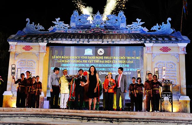 Đại diện văn hóa UNESCO tại Việt Nam chúc mừng lãnh đạo sở VHTT&DL cùng các nghẹ sỹ bài chòi. Ảnh: HẢI - LỘC