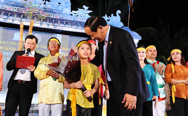 Chủ tịch UBND tỉnh Đinh Văn Thu tặng hoa chúc mừng cho nghệ sỹ nhí. Ảnh: HẢI - LỘC