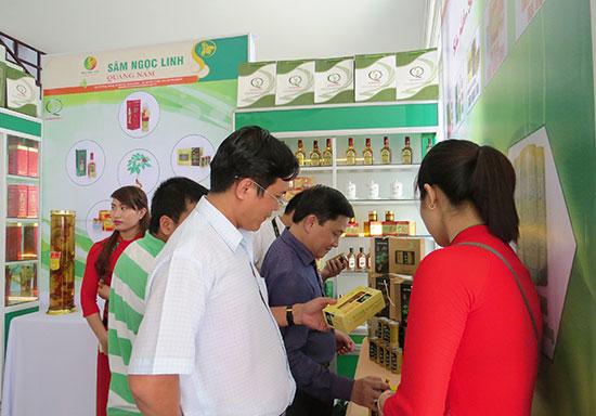 Tham quan gian hàng trưng bày sản phẩm từ sâm Ngọc Linh. Ảnh: H.L