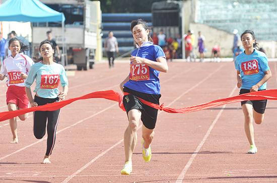 VĐV Trần Thị Mỹ Khanh (số đeo 175) về nhất nội dung chạy 100m khối đồng bằng. Ảnh: T.VY