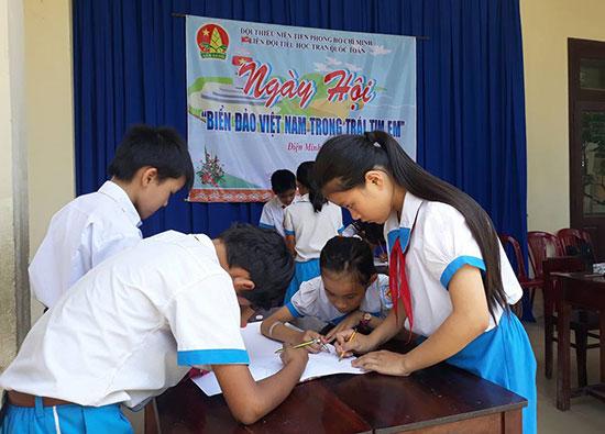 """Ngày hội """"Biển đảo Việt Nam trong trái tim em"""" tại Trường Tiểu học Trần Quốc Toản. Ảnh: C.T"""