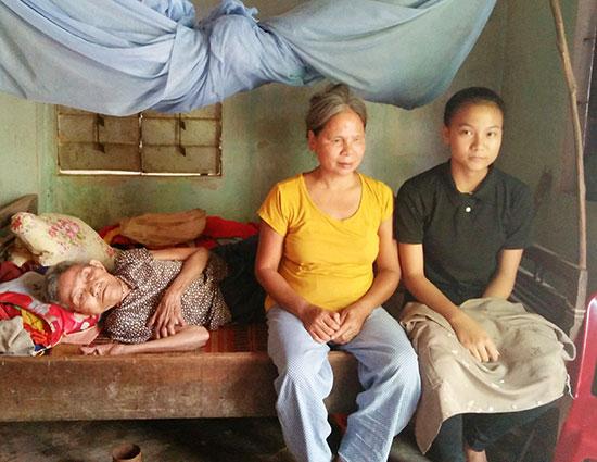 Linh cùng mẹ và bà ngoại trong căn nhà nhỏ. Ảnh: LY LY