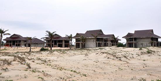 Các dự án ven biển phần lớn đều triển khai chậm tiến độ. TRONG ẢNH: Khu nghỉ dưỡng Cát Vàng, xã Tam Tiến trước khi đưa vào khai thác, phải mất nhiều năm thi công dở dang.