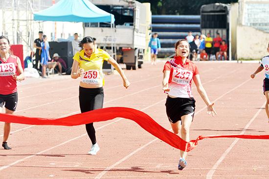 Nguyễn Thị Minh Nguyệt (số đeo 237) bảo vệ thành công ngôi vô địch cả 2 nội dung 100m và 200m tại đại hội cách đây 4 năm.