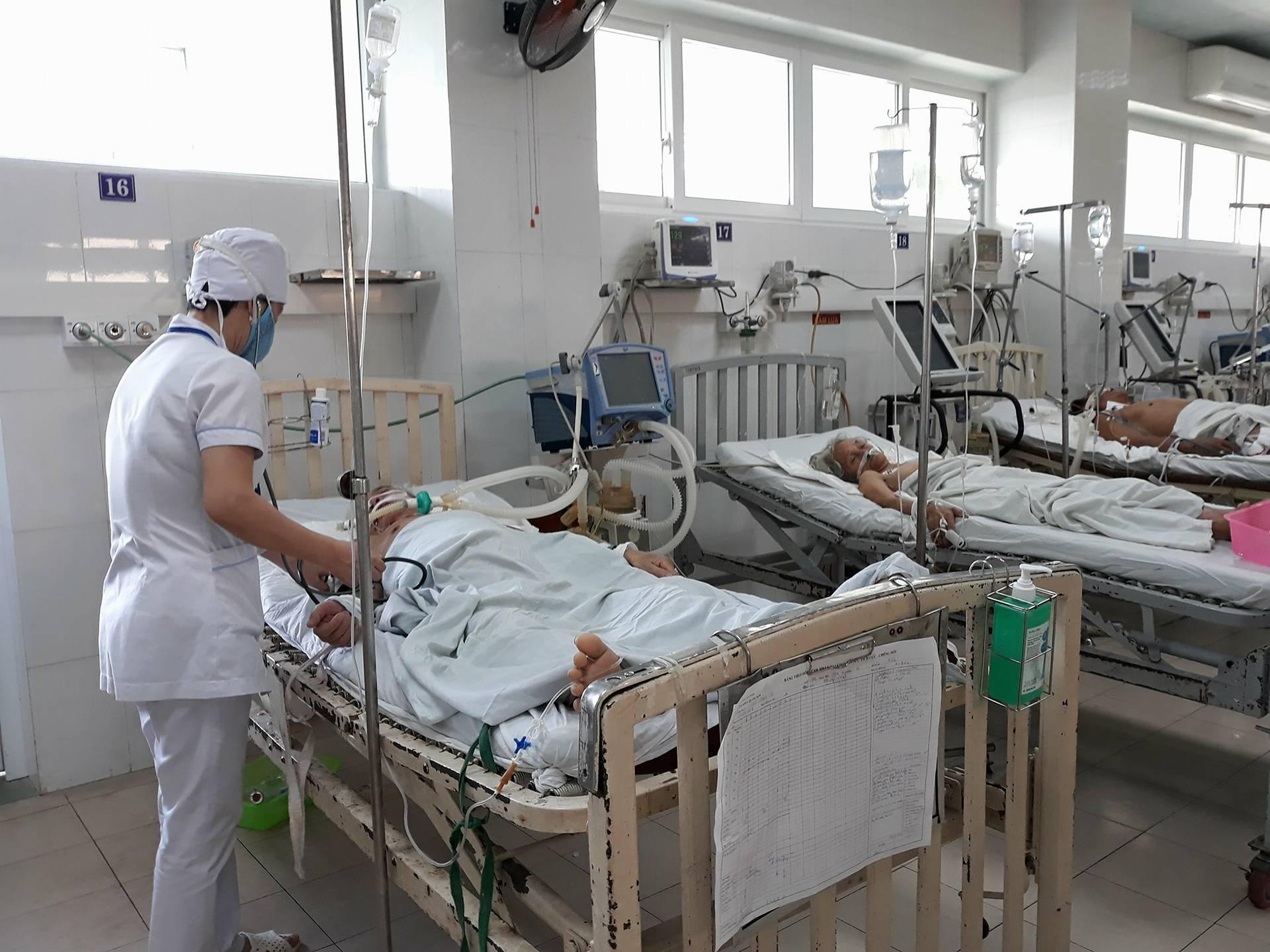 Chăm sóc bệnh nhận ở Khoa Hồi sức tích cực - Chống độc (BVĐK Quảng Nam). Ảnh: C.N