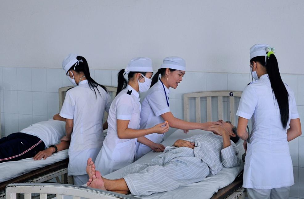 Hình ảnh hướng dẫn điều dưỡng thực hành tại phòng thực hành Trường Cao đẳng Y tế Quảng nam