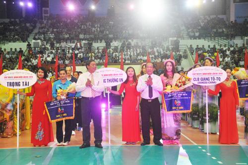 Chủ tịch UBND tỉnh Đinh Văn Thu tặng hoa động viên các đội bóng. Ảnh: T.V