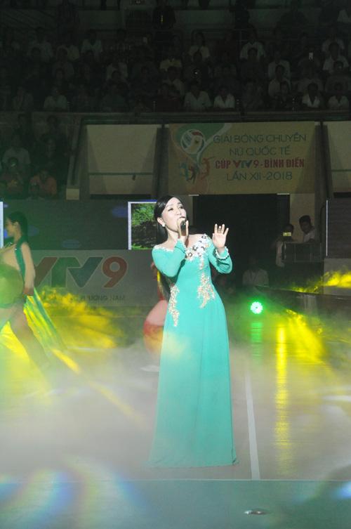 Ca sĩ Thùy Vân trình bày bài hát Quảng Nam yêu thương. Ảnh: T.V