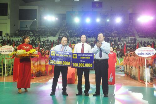 Công ty CP Phân bón Bình Điền trao tặng cho tỉnh 1 tỷ đồng xây nhà tình nghĩa cho người nghèo. Ảnh: T.V