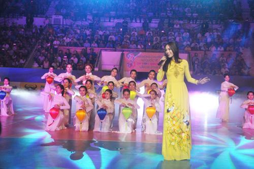 Ca sĩ Trương Kiều Diễm trình bày bài hát Xin chào Việt Nam. Ảnh: T.V