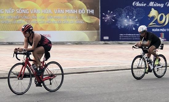 Các VĐV tham gia đường đua xe đạp dài 90km