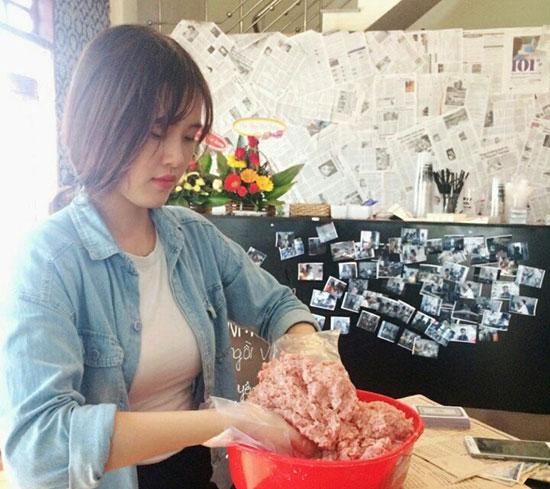 Cô chủ Lan Nhiên đang chế biến món ăn phục vụ khách.