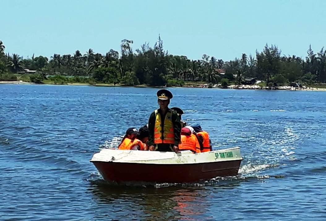 Ca nô của Đồn Biên phòng Tam Thanh vượt sông đưa học sinh đến trường.