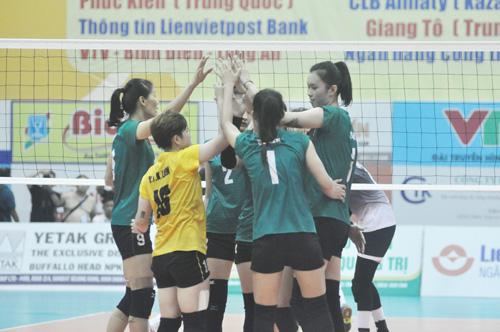 Niềm vui có được chiến thắng thứ 2 của các cô gái VTV Bình Điền Long An. Ảnh: T.V