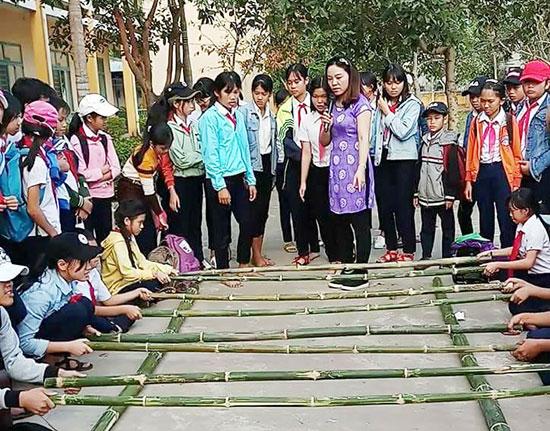 Cô Hồ Kha Dạ Thảo hướng dẫn học sinh nhảy sạp. Ảnh: C.N