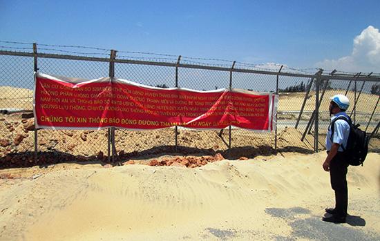 Được sự cho phép của chính quyền 2 huyện Thăng Bình và Duy Xuyên, Công ty TNHH Phát triển Nam Hội An đã đóng tuyến đường Thanh niên ven biển từ ngày 4.5.2018.Ảnh: T.S