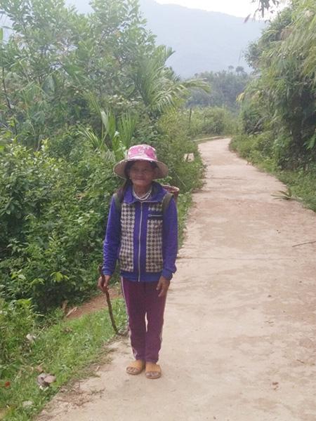 Già Hồ Thị Nam trên đường về sau chuyến đưa rau ra trung tâm huyện bán. Ảnh: NGÔ TRẦN