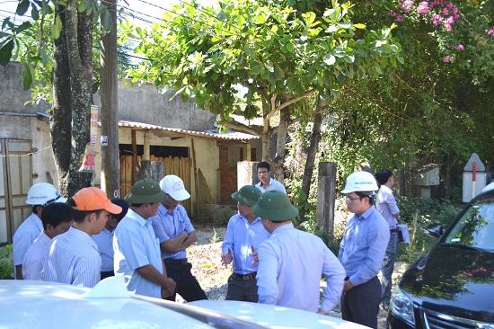 Lãnh đạo tỉnh làm việc với lãnh đạo Phú Ninh và Núi Thành ngay tại công trường thi công đường ngang cầu FO06A . Ảnh: CT