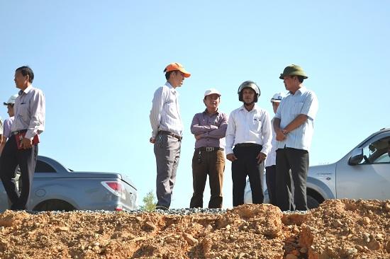 Phó Chủ tịch Thường trực UBND tỉnh Huỳnh Khánh Toàn kiểm tra thực địa dự án tại xã Tam Xuân 2. Ảnh: CT