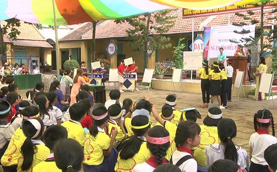 """Hoạt động ngoại khóa """"Chúng em tìm hiểu pháp luật"""" được học sinh các trường tiểu học tham gia tích cực. ảnh: Phan Sơn"""