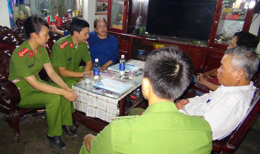 Cảnh sát môi trường làm việc với bà Thuận