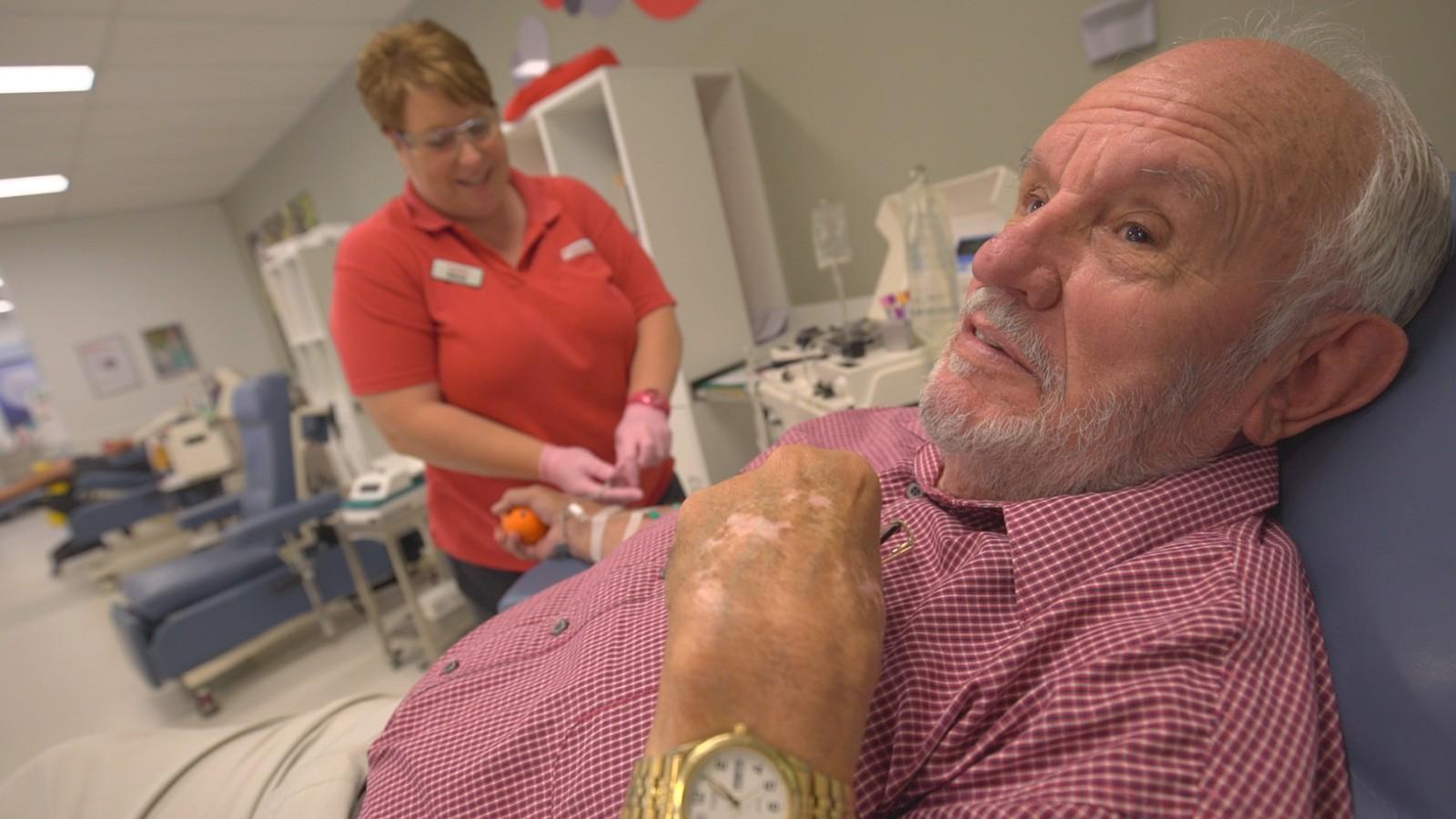 Ông James Harrison trong một lần hiến máu. Ảnh: CNN