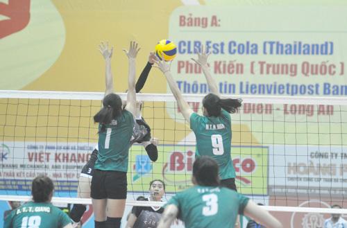 Dù đã đi tiếp song các cô gái VTV Bình Điền Long An vẫn thi đấu rất nhiệt tình. Ảnh: T.V