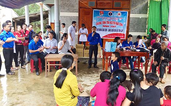 Đoàn xã Tiên Lập (Tiên Phước) tổ chức chương trình Tình nguyện mùa đông về với đồng bào Co năm 2017. Ảnh: T.L