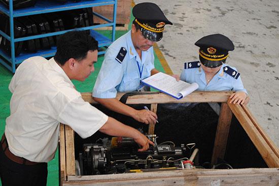 Cán bộ hải quan kiểm tra hàng hóa trước khi thông quan. Ảnh: NHẬT PHONG