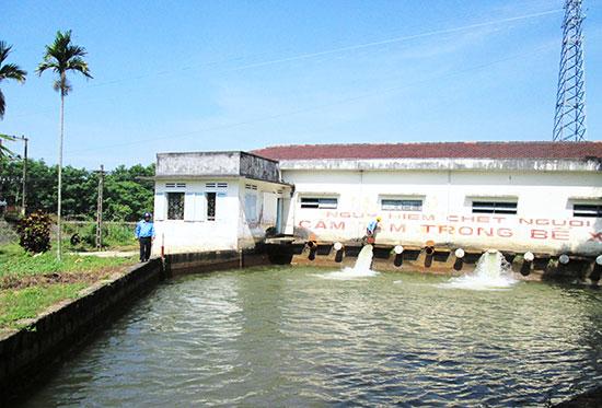 Do nước mặn liên tục xâm nhập sâu khiến trạm bơm điện Xuyên Đông hoạt động cầm chừng. Ảnh: T.S